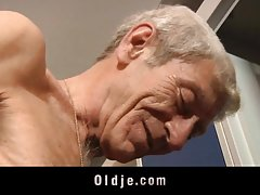 Siyah kız lee harika oral seks beyaz adama verir.